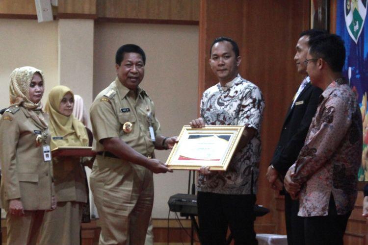 Walikota Magelang Sigit Widyonindito memberikan penghargaan kepada hotel, restoran dan tempat hiburan yang berprestasi membayar pajak di Aula Adipura Kencana, komplek kantor Setda Kota Magelang, Jawa Tengah, Senin (4/12/2017).