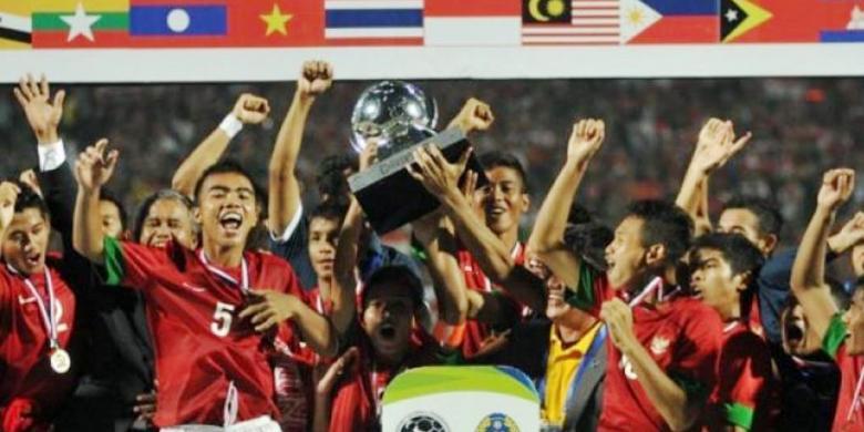 SURYA/ERFAN HAZRANSYAH Para pemain Timnas Indonesia U-19 merayakan kemenangan setelah berhasil menjadi juara piala AFF 2013 mengalahkan Vietnam melalui adu penalti di Stadion Gelora Delta Sidoarjo, Minggu (22/9/2013).