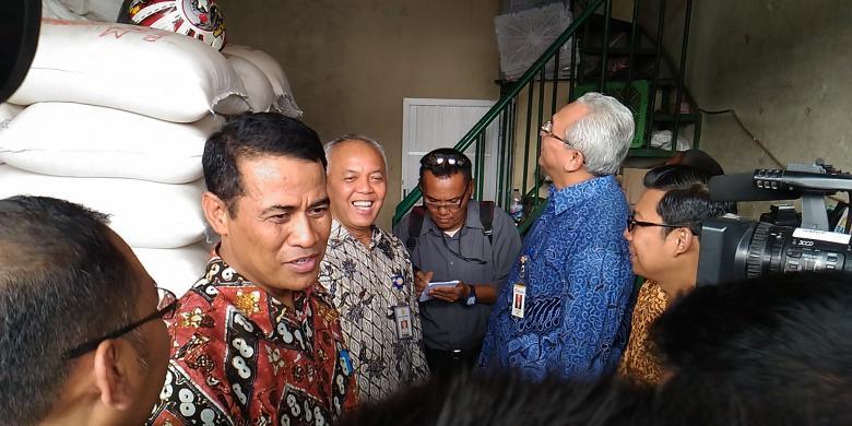 Menteri Pertanian, Amran Sulaiman saat melakukan Operasi Pasar di Pasar Induk Berllas dan Palawija Cipinang Rabu (6/1/2016)
