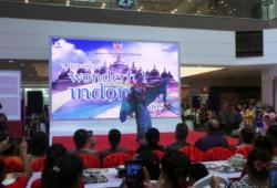 "Ketika Bule Berlenggok Dengan Batik Dalam ""Wonderful Indonesia"" Di Laos"