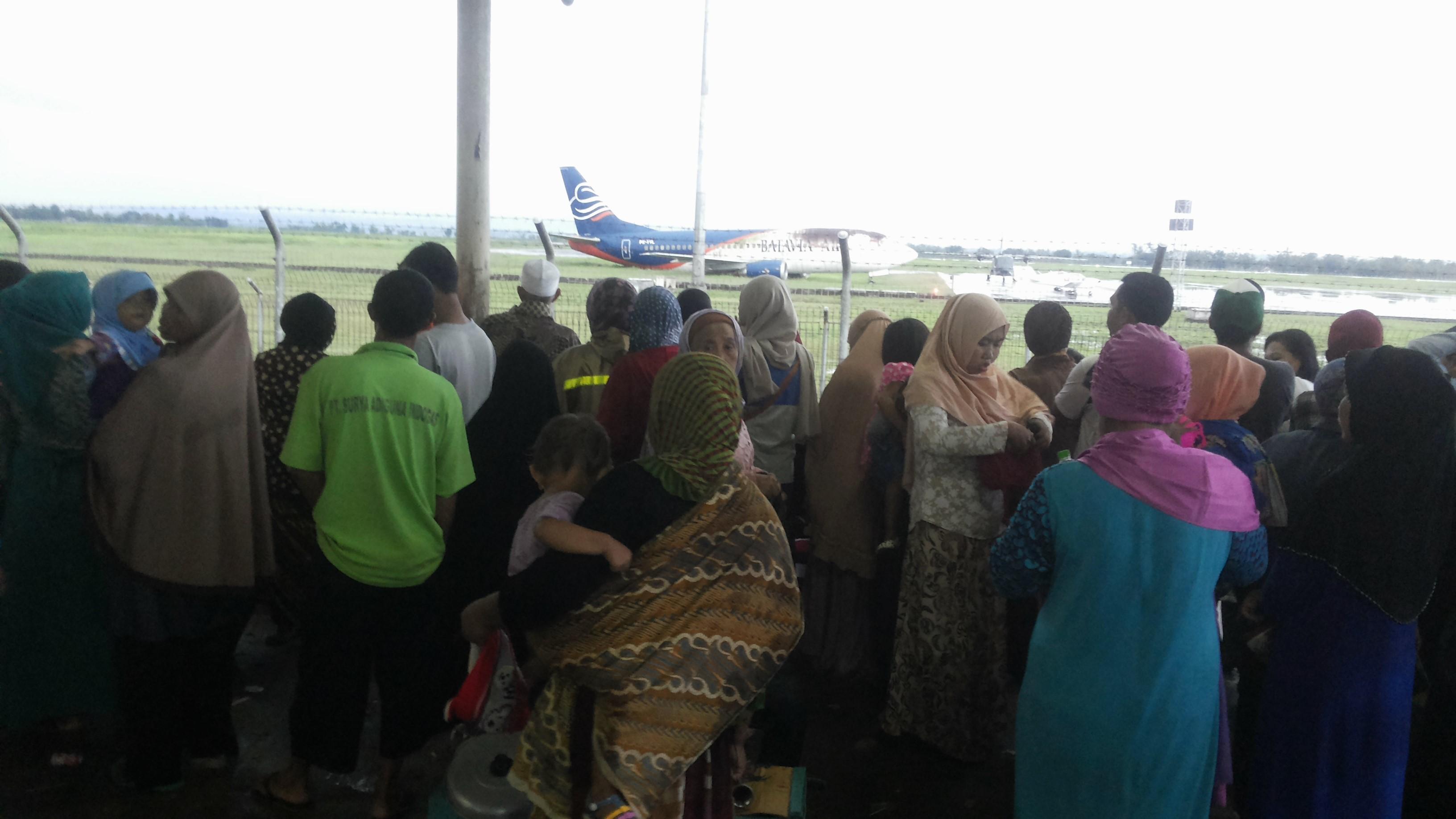 Menyaksikan pesawat mendarat dan lepas landas di Bandara Internasional Lombok.  Sumber gambar: koleksi pribadi