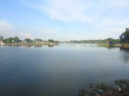 Sampah di Sisi Danau Mengganggu Pemandangan (Dokpri)