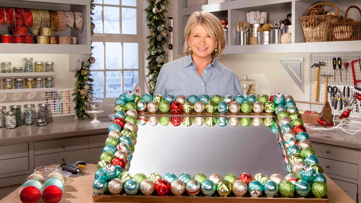 Video: Holiday Decorated Ornament Mirror