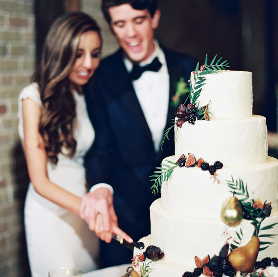 When Should You Cut Your Wedding Cake    Martha Stewart Weddings afton travers wedding cakecutting