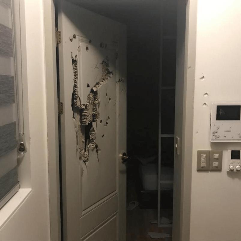 めちゃくちゃになったドア