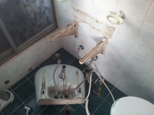壊れた洗面所
