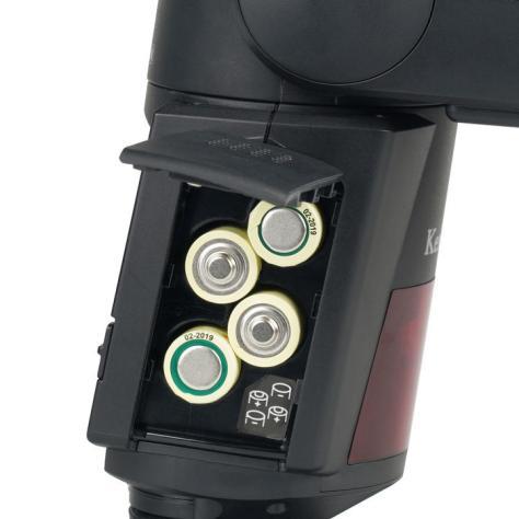 Image: ケンコー・トキナー バッテリーは単三乾電池4本。外付けバッテリーボックスもオプションで用意されている