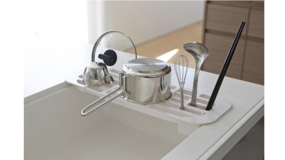 もうラックからお皿を落とさない。スリットのある水切りラックなら、かごタイプより食器が安定するね
