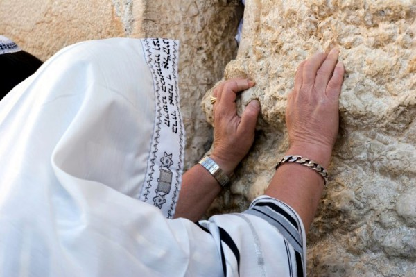 https://i1.wp.com/assets.messianicbible.com/wp-content/uploads/2014/05/849-prayer-Wall-tallit-600x399.jpg