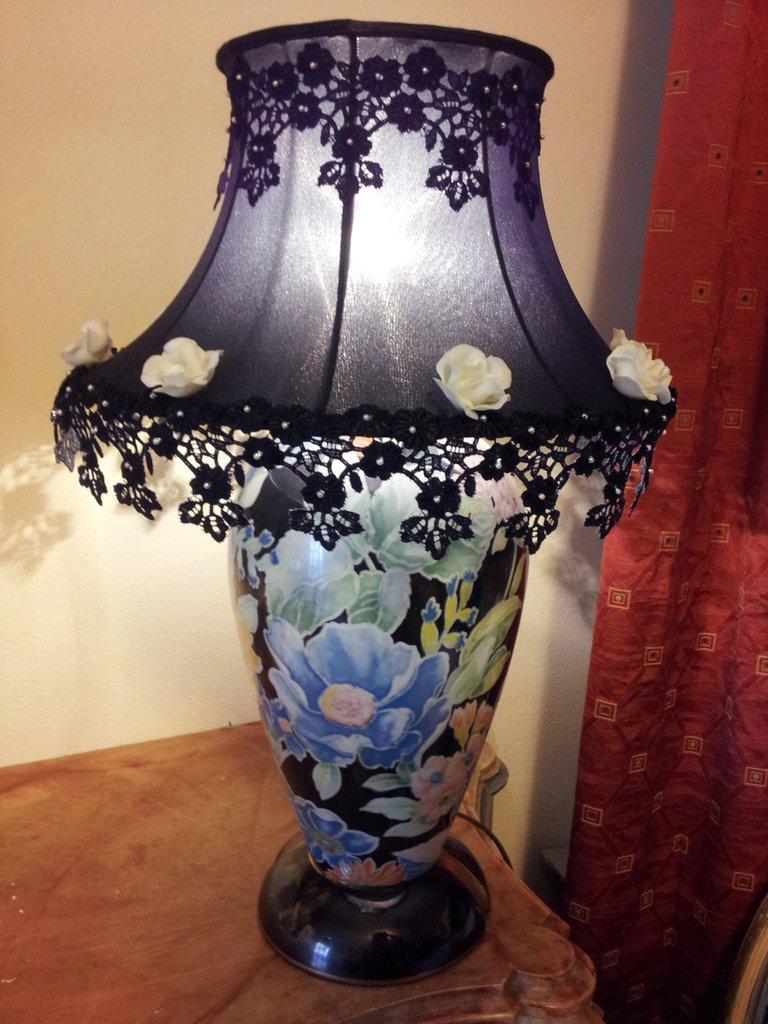 Lampada In Ceramica Floreale Con Paralume Decorato In Pizzo Perline E Rose In Pasta Di Ceramica A Freddo Fatte A Mano