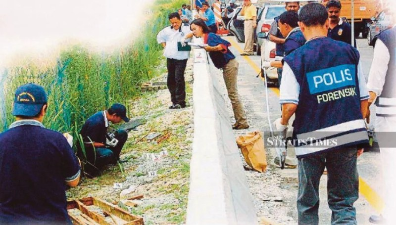 Police investigating the murder scene in Jalan Klang Lama, Kuala Lumpur, in 2003. -NSTP/File pic