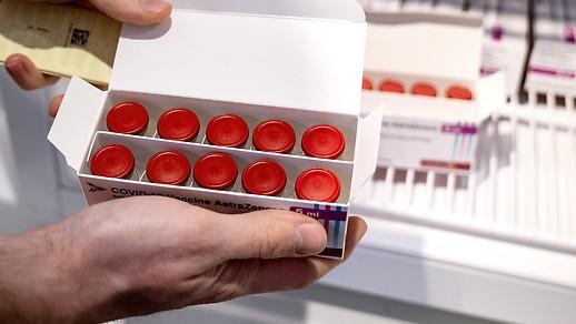 Ampullen mit Impfstoff von AstraZeneca