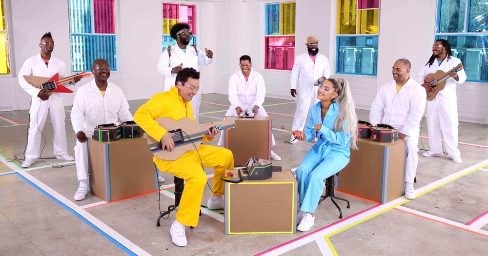 Ariana Grande e Jimmy Fallon tocando música com Nintendo Labo