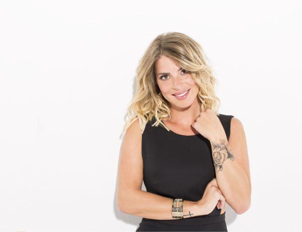 #SS9: Emilie Fiorelli en mode ultra sexy avec un décolleté osé sur un plateau télé