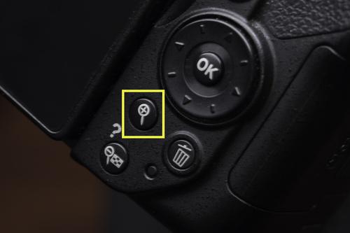 Чтобы убедиться в достаточной резкости фотографии, необходимо ее рассматривать в полном масштабе, со стопроцентным увеличением. Чтобы увеличить фото на дисплее фотоаппарата, существует специальная кнопка со значком лупы.