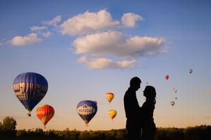 На фотографии выше с воздушными шарами я поставил пару в тень на фоне закатного солнца.