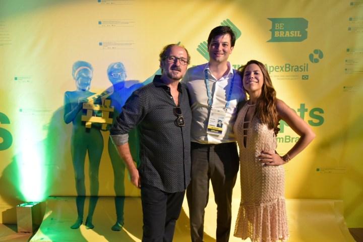 Paulo Schimdt e Marianna Souza, recepcionam José Papa, do Cannes Lions