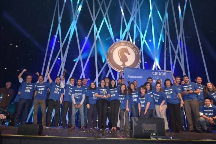 Uniformizados, representantes da Panasonic recebem troféu de Madia