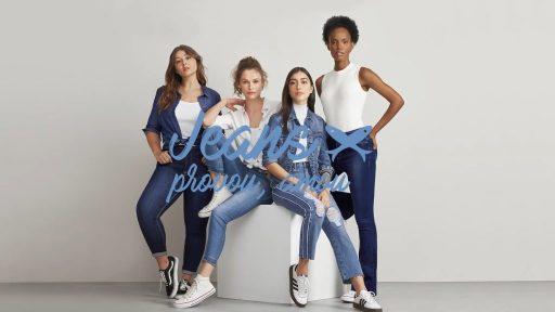 Modelos posam vestindo jeans da marca