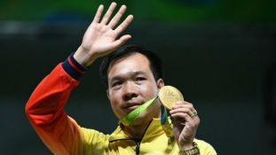 VICTORIOUS. Hoang Xuan Vinh of Vietnam poses with his gold medal at the Olympics. Photo by Pascal GUYOT / AFP