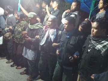 MELAYAT. Keluarga dan kerabat melayat ke rumah Siyono, terduga teroris asal klaten yang ditewas usai diperiksa oleh Densus 88, Minggu, 13 Maret. Foto istimewa