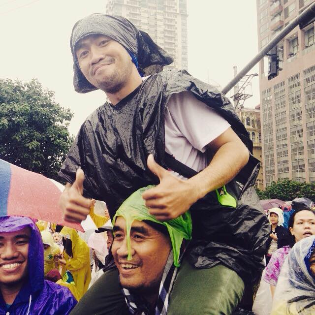 """""""It's worth it!"""" this man says after standing for 5 hours under the rain"""