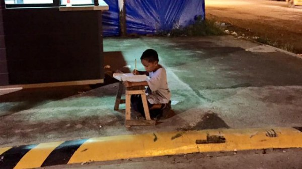 Kid studying on Cebu sidewalk inspires netizens