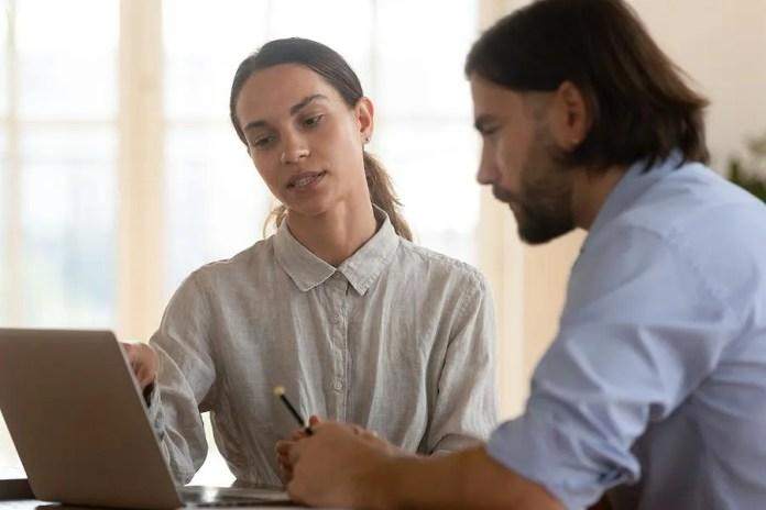 महिला अपने बुरे बॉस से काम पर बात करती है