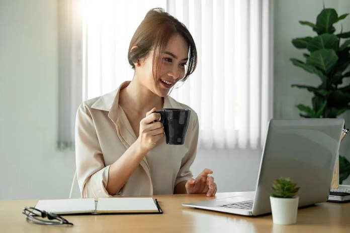 बॉस से बात कर खुश हुई महिला