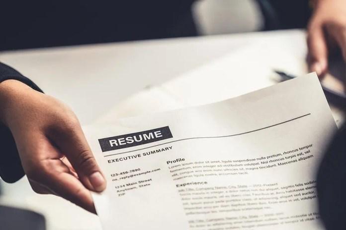 नौकरी उम्मीदवार भर्ती प्रबंधक को अपना बायोडाटा देता है