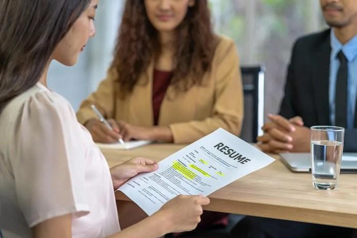 नौकरी के लिए इंटरव्यू से पहले महिला अपने बायोडाटा की समीक्षा करती है