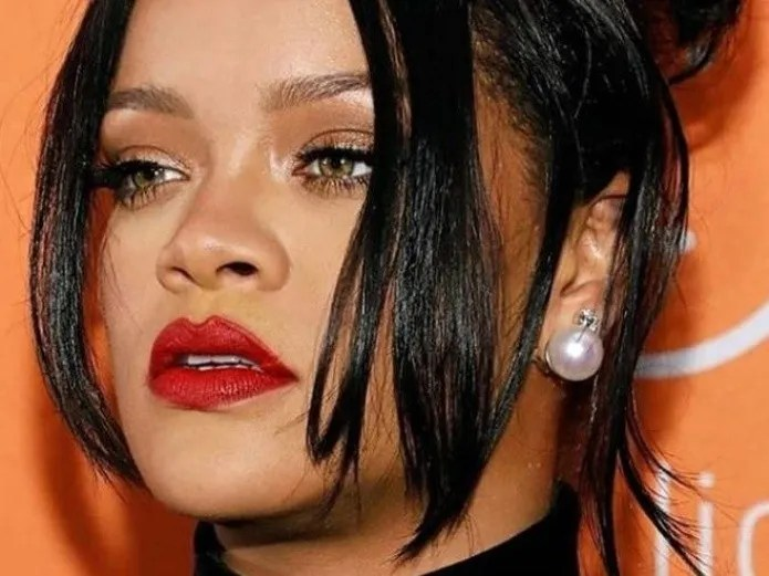 Photo, Rihanna is dressed only with barbed wire for session infarction(Instagram)