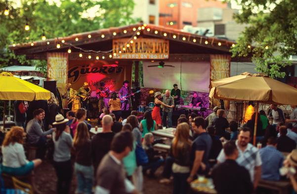 live band and dancing in the gueros oak garden in austin texas
