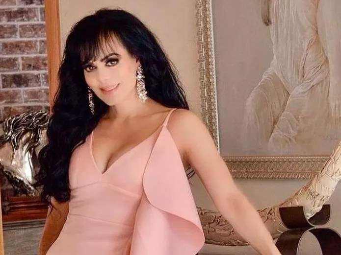 Maribel Guardia dancing without clothes, covered only with a pillow.(PHOTO: INSTAGRAM)