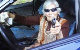 Baba si mitraliera: tirul, noul hobby al persoanelor de varsta a treia! FOTO