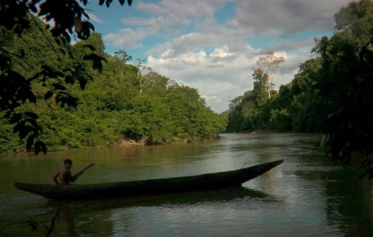 Un niño yanomami rema en su canoa de regreso a su hogar en la Amazonia brasileña.