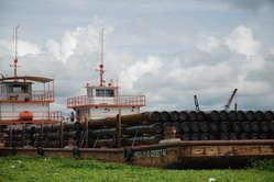 Lungo i fiumi del Perù settentrionale, le zattere dell'industria petrolifera sono ormai una costante fissa del paesaggio.