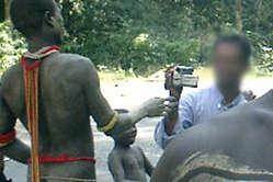 Un Jarawa ripreso da un turista lungo la Trunk Road delle Andamane.