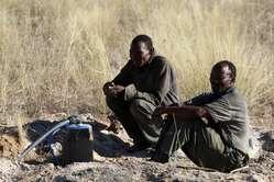 Due Boscimani di Kikao in attesa presso il pozzo di Mothomelo.