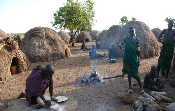 Village mursi. La tribu a été victime de violentes attaques.