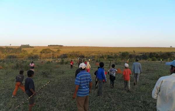 El violento ataque ha provocado temor e ira entre los guaraníes, que sin embargo siguen decididos a permanecer en sus tierras.