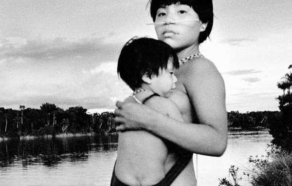 Madre yanomami e hijo.