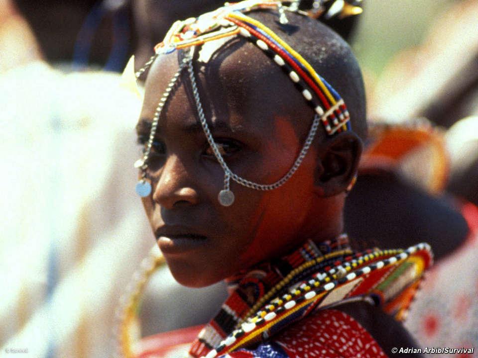 Une jeune maasaï porte ses plus beaux bijoux lors d'un cérémonie d'initiation pour les Moran (jeunes hommes).Kajiado, Kenya. © Adrian Arbib/Survival