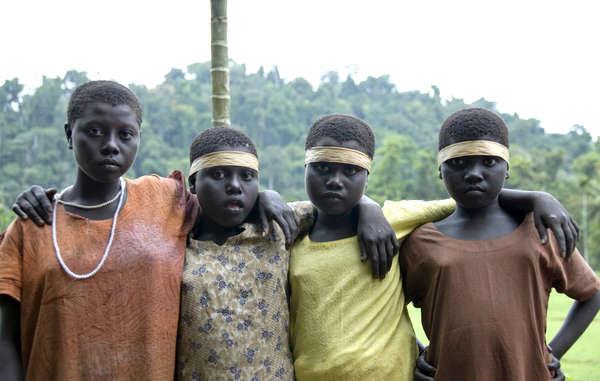 Les Jarawa sont extrêmement vulnérables à l'exploitation par les étrangers, comme les braconniers, dont on sait qu'ils attirent les femmes de la tribu avec de l'alcool et de la drogue pour les exploiter sexuellement.