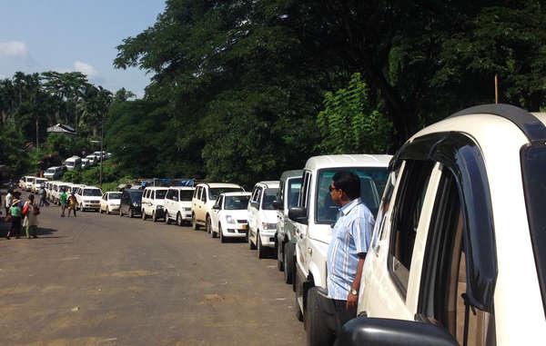 Des véhicules attendent de pénétrer dans la forêt des Jarawa. Les touristes affluent toujours en direction de la réserve des Jarawa, considérant les membres de la tribu comme des animaux dans un parc à safari.