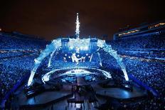 Χθες το βράδυ, οι U2 έδωσαν συναυλία στο στάδιο Giants του Νιου Τζέρσεϊ (από όπου η φωτογραφία), και τραγούδησαν ένα κομμάτι του Μπρους Σπρίνγκστιν για την επέτειο των 60ων γενεθλίων του αγαπημένου τους Αφεντικού.