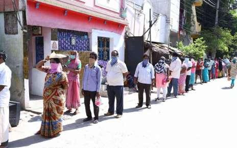 निशुल्क चावल वितरण शुरू राशन दुकानों में कार्डधारियों की कतार