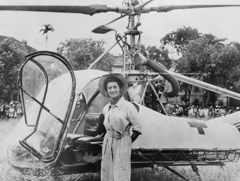 Valérie with her Hiller Model 360 (UH-12) helicopter in Indochina in 1951. Philippe Boulay collection