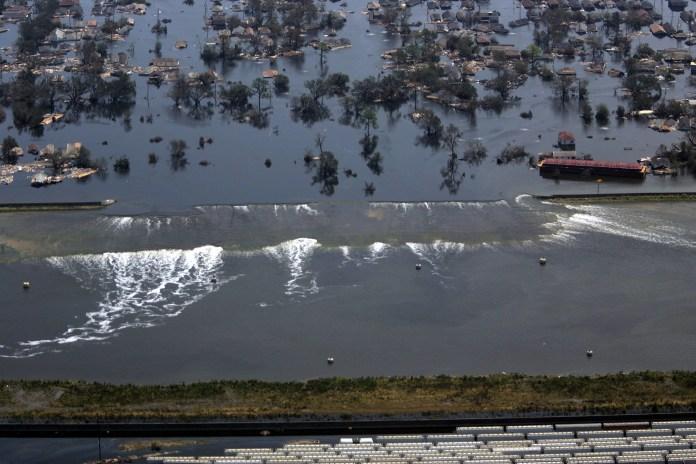 Um dique cede lugar ao mar alto em Nova Orleans, Louisiana, depois do furacão Katrina, que ocorreu em 31 de agosto de 2005. O furacão Katrina se fortaleceu em uma rara tempestade de primeira categoria e disparou contra a vulnerável Costa do Golfo dos EUA para um segundo e mais mortal ataque ao Costa do Golfo.