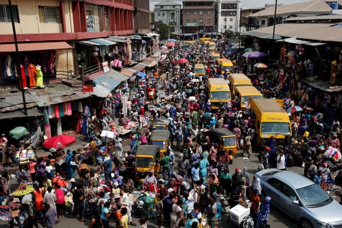 As pessoas lotam uma rua no distrito comercial central da capital comercial da Nigéria, Lagos, antes do Natal, 23 de dezembro de 2016.